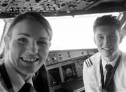 世界最年轻美女机长13岁学开飞机 19岁当飞行员