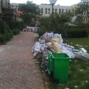 小区绿化上堆满了建筑垃圾