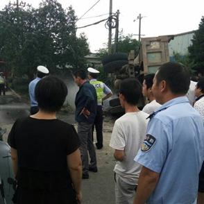 梁辉工业区发生车祸 拖拉机翻了