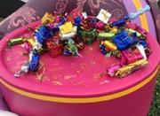 上海迪士尼乐园唐老鸭手中装饰糖果 三天被游客几乎抠光