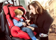 常在安全座椅上低头睡觉 4岁男孩睡出颈椎错位