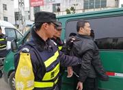 运钞车押运员上路被查 枪指民警要求出示执法证