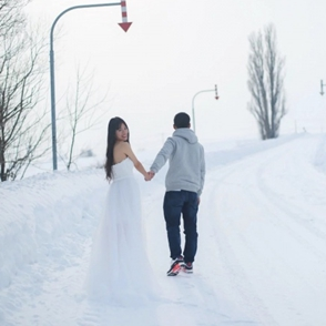 So Cool!在北海道的大雪里 穿着婚纱