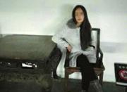 女子坐清末文物拍照被举报 回应称只是图好玩