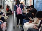 """妈妈地铁上玩手机 6岁娃独下车被陌生女""""牵走"""""""