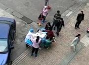 广东孕妇医院门口生娃 目击者:娃掉裤裆了!