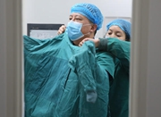 眼科医生40年练成武林高手 持显微镊练功防手抖