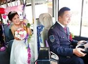 """济南街头上演""""公交婚礼"""" 新郎自驾公交去迎亲"""