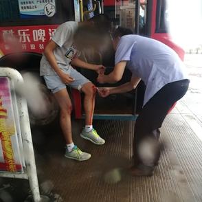 公交司机师傅帮助骑车摔伤小伙上药