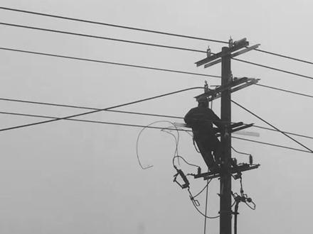 大雨天的辛苦电力维修人员了